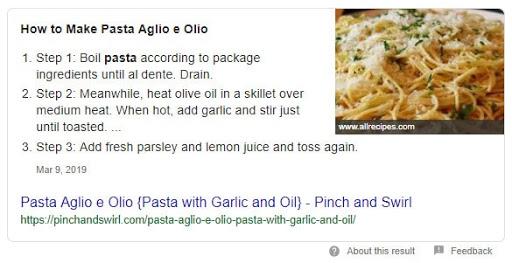 Exemplo de schema de receitas no Google mostrando como fazer macarrão alho e óleo